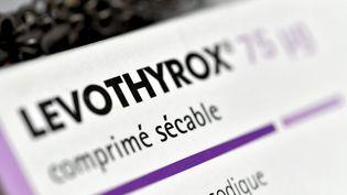 Le Levothyroxest un médicament principalement utilisé comme traitement substitutif pour remplacer la thyroxine naturelle lorsque celle-ci n'est plus sécrétée en quantité suffisante par la thyroïde (Illustration). (MAXPPP)