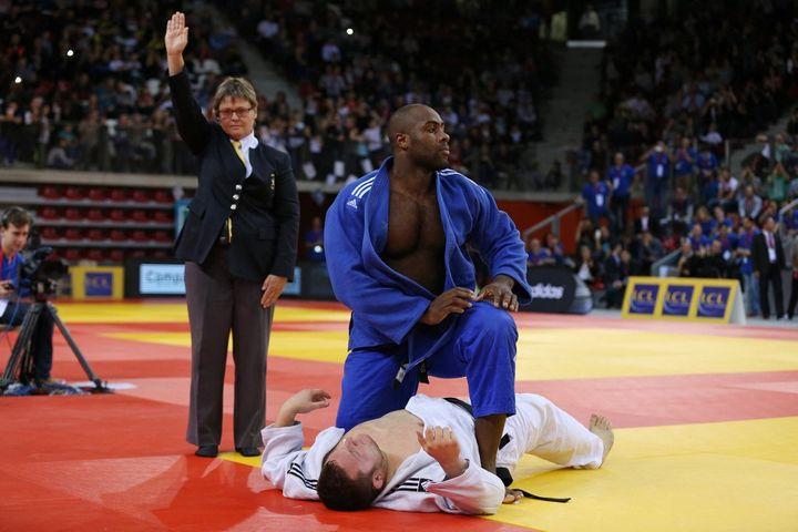 Le judoka Matthieu Thorel battu par Teddy Riner, le 8 novembre 2015, lors des championnats de France, à Rouen (Seine-Maritime). (CHARLY TRIBALLEAU / AFP)