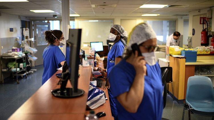 Des infirmières dans les locaux de l'hôpital privé d'Antony (Hauts-de-Seine), le 2 avril 2021. (CHRISTOPHE ARCHAMBAULT / AFP)