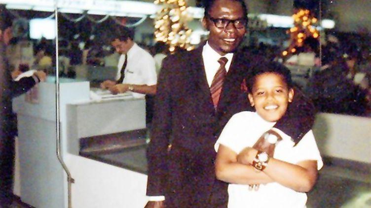 Barack Obama, enfant, avec son père à Hawaï en 1972. (HO / OBAMA FOR AMERICA)