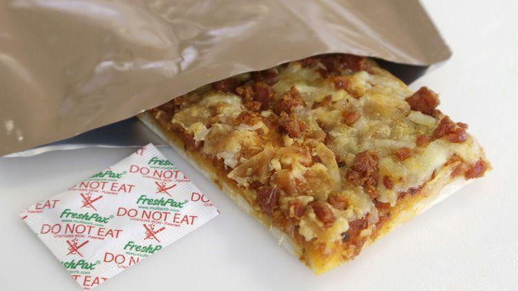 Cette part de pizza, développée pour l'armée américaine, se conserve trois ans dans son emballage. Elle a été présentée le 6 février 2014 par ses concepteurs dulaboratoire de recherche militaire de Natick, situé dans le Massachusetts (Etats-Unis). (STEVEN SENNE / AP / SIPA)