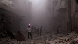 Des civils, au milileu des ruines d'Alep, en Syrie. (AMEER AL-HALBI \ APAIMAGES / MAXPPP)