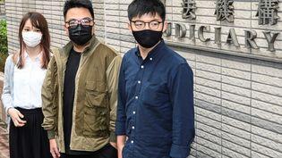 De gauche à droite :Agnes Chow, Ivan Lam et Joshua Wong, le 23 novembre 2020 à Hong Kong. Ils ont été condamnés à de la prison le 2 décembre 2020. (PETER PARKS / AFP)