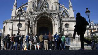 Des migrants font la queue pour recevoir de la nourriture proposée par des associations devant l'église Saint-Bernard, à Paris, le 4 juin 2015. ( BENOIT TESSIER / REUTERS )
