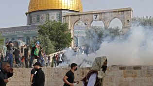 Des affrontements devant la mosquée Al-Aqsa, à Jérusalem, le 10 mai 2021. (AHMAD GHARABLI / AFP)