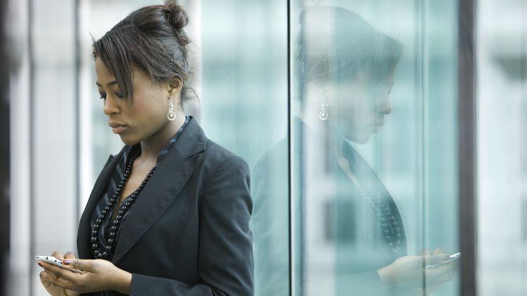 61% des salariés consultent leur boîte mail le soir, en rentrant chez eux, selon un sondage réalisé en 2012 par BVA.Une source de stress pour près d'une personne sur deux. (SANDRO DI CARLO DARSA / ALTOPRESS)