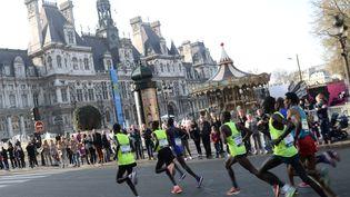 Des participants au 39e marathon de Paris, dimanche 12 avril 2015 devant l'Hôtel de ville. (STEPHANE DE SAKUTIN / AFP)