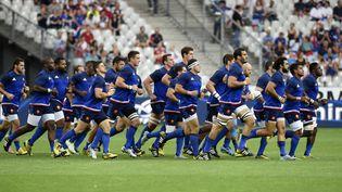 L'équipe de France de rugby s'échauffe avant son match de préparation face à l'Angleterre, au Stade de la France (Paris), le 22 août 2015  (MIGUEL MEDINA / AFP)