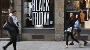 """Des passantes devant une enseigne """"Black Friday"""", à Rennes, le 23 novembre 2018. (DAMIEN MEYER / AFP)"""