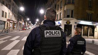 Une patrouille de police fait respecter le confinement à Nancy le 27 mars 2020. (ALEXANDRE MARCHI / MAXPPP)