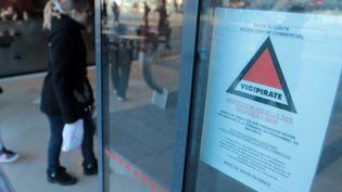 Une affiche indique que le plan vigipirate est activé à Lille (Nord), le 14 janvier 2015. (  MAXPPP)
