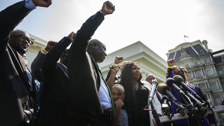 La famille de George Floyd s'exprime devant la presse après avoir rencontré le président Joe Biden à la Maison blanche (Washington, Etats-Unis), le 25 mai 2021. (JIM WATSON / AFP)
