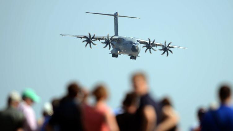 Un Airbus A400M atterrit à l'aéroport de schoenefeld, près de Berlin (Allemagne), le 11 septembre 2012. (JOHANNES EISELE / AFP)