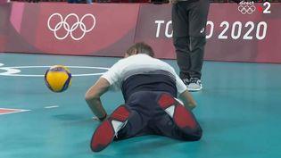 L'entraîneur de l'éqiupe de France de volley Laurent Tillie plonge pour tenter de récupérer le ballon, lors du quart de finale du tournoi olympique face à la Pologne, le 3 août 2021. (franceinfo: sport)