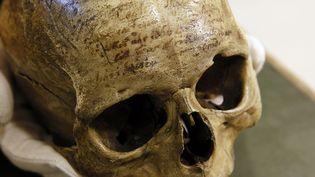 Le crâne du philosophe René Descartes (1596-1650), couvert d'inscriptions racontant ses tribulations passées, retourne au Musée de l'Homme  (PATRICK KOVARIK / AFP)