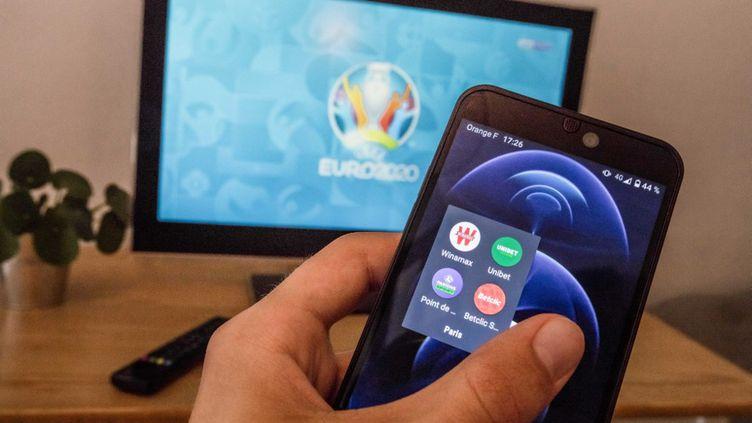 1 400 personnes ont été arrêtées lors d'une opération contre les paris clandestins coordonnée par Interpol dans 28 pays durant l'Euro de football en juin et juillet. (BAPTISTE ROMAN / HANS LUCAS)