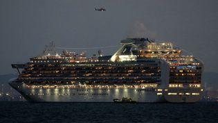 LeDiamond Princessprès du port de Yokohama, au sud-ouest de Tokyo, le 4 février 2020. Ses 3 400 passagers vont rester 14 jours en quarantaine après 10 cas de coronavirus confirmés sur le bateau. (JIJI PRESS / AFP)