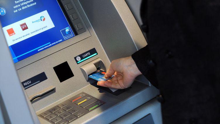 Un distributeur de billets de la Banque Populaire, le 29 octobre 2008 à Paris. (BERTRAND GUAY / AFP)