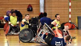 """""""Une des façons d'empêcher l'adversaire de marquer c'est de le faire tomber"""", explique Olivier Cusin, entraineur de l'équipe de France paralympique de rugby fauteuil, ci-contre lors d'un stage de préparation au Creps de Bourges le 20 août 2016. (MAXPPP)"""