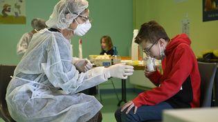 Un test salivaire réalisé à l'école le 1er mars 2021. (SEBASTIEN BOZON / AFP)