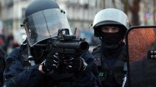 Un policier avec un lanceur de balles de défense (LBD) à Paris, le 26 janvier 2019. (ZAKARIA ABDELKAFI / AFP)