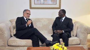 Le procureur de la CPI, Luis Moreno Ocampo, et le président ivoirien Alassane Ouattara, le 15 octobre 2011 à Abidjan (Côte d'Ivoire) (SIA KAMBOU / AFP)