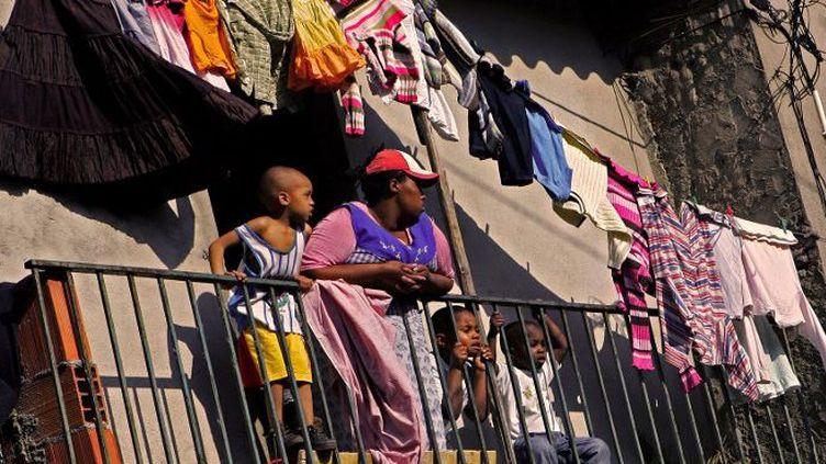 Dans le quartier de Cova da Moura, une banlieue de Lisbonne, où vit la communauté cap-verdienne. (NICOLAS ASFOURI / AFP)
