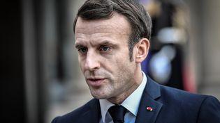 Emmanuel Macron s'adresse à des journalistes au palais de l'Elysée, à Paris, le 5 février 2020. (STEPHANE DE SAKUTIN / AFP)