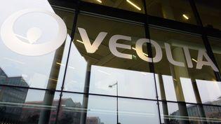 Le logo Veolia sur la facade du siège social à Aubervilliers (Seine-Saint-Denis). (ERIC PIERMONT / AFP)