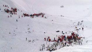 Les équipes de secours quelques minutes après l'avalanche aux Deux Alpes (Isère), mercredi 13 janvier. (MAXPPP)
