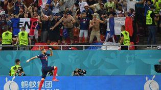 Karim Benzema célèbre le deuxième but de l'équipe de France lorsdes huitièmes de finale del'Euroface à laSuisse, à la National Arena de Bucarest (Roumanie), le 28 juin 2021. (JUSTIN SETTERFIELD / POOL / AFP)