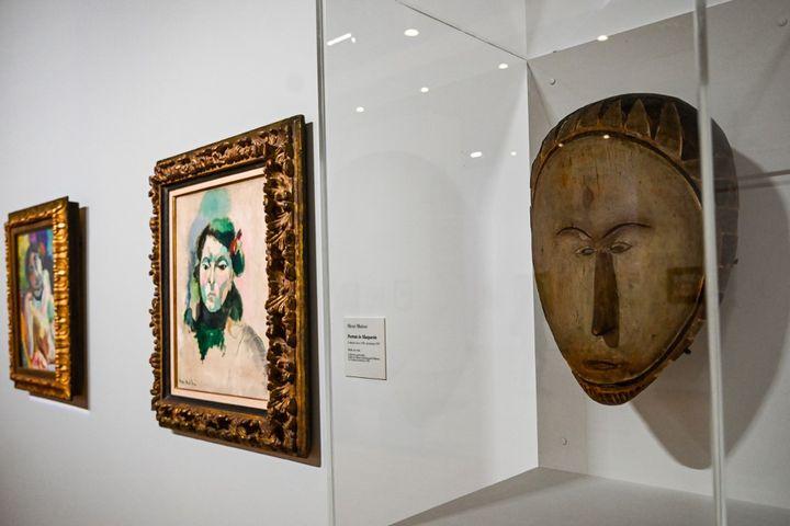 """""""Portrait de Marguerite"""" d'Henri Matisse et un masque en bois, dans l'exposition """"Devenir Matisse, ce que les maîtres ont de meilleur"""" au Musée Matisse duCateau-Cambrésis (Nord). (DENIS CHARLET / AFP)"""