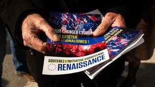 Un tractage de la majorité présidentielle pour la campagne des élections européennes à Dinan le 28 mars 2019. (MARTIN BERTRAND / HANS LUCAS / AFP)