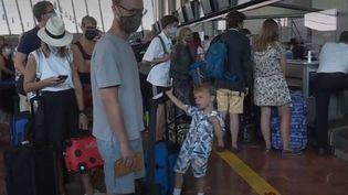 De nombreux Britanniques qui passaient tranquillement leurs vacances en France vont devoir rentrer précipitamment pour éviter une quarantaine imposée à leur retour à partir du samedi 15 aout. (FRANCE 3)