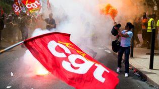 Un drapeau de la CGT agité dans une manifestation contre la loi Travail, à Marseille, le 7 juin 2016. (BERTRAND LANGLOIS / AFP)
