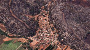 Une image satellite montre les dégâts causés par l'incendie qui ravage l'Eubée (Grèce), dimanche 8 août 2021. (SATELLITE IMAGE 2021 MAXAR TECH / AFP)