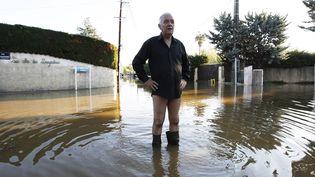 Un habitant de Biot dans une rue inondée, le 4 octobre 2015, dans le Sud-Est de la France. (JEAN-CHRISTOPHE MAGNENET / AFP)