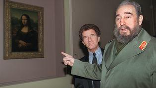 Jack Lang et Fidel Castro lors d'une visite du musée du Louvre à Paris en mars 1995. (MICHEL GANGNE / AFP)
