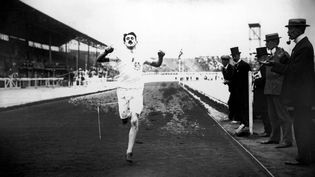 Le Britannique Wyndham Halswelle à l'arrivée de la finale du 400 mètres, parcouru en 50 secondes. Il était le seul participant à la course. (HULTON ARCHIVE / GETTY IMAGES)