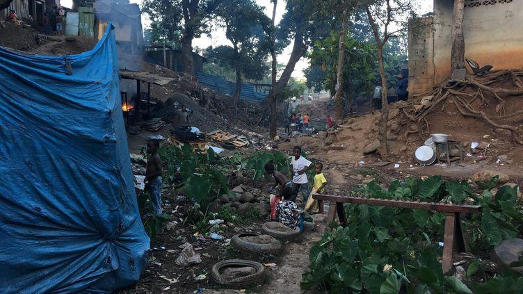 L'absence d'accès à l'eau potable pour une partie des habitants de Mayotte complique le respect des gestes barrières, comme ici à Kaweni, un quartier de Mamoudzou, en octobre 2019. (MAXPPP)