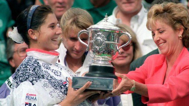 Monica Seles lors de son sacre parisien en 1992 devant Steffi Graf, avec Chris Evert pour lui remettre le trophée