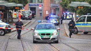 La police intervient après une attaque au couteau à Wurtzbourg, en Allemagne, le 25 juin 2021. (KARL-JOSEF HILDENBRAND / DPA / AFP)