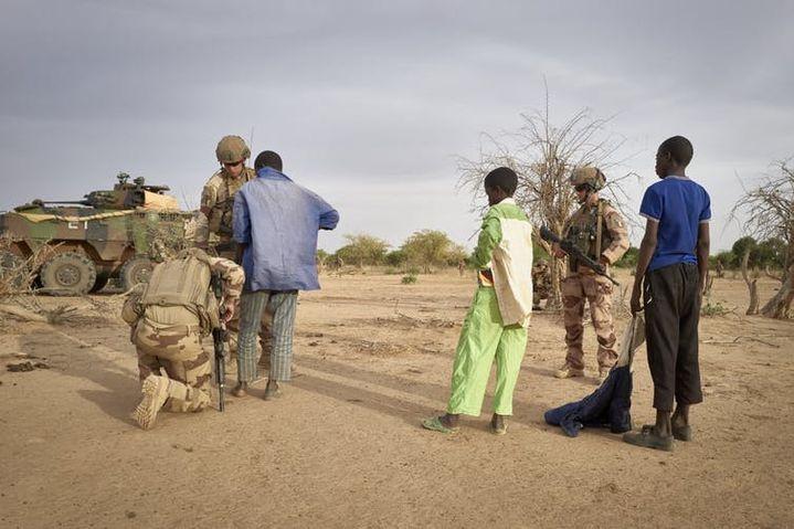 Des soldats français fouillent des personnes suspectées d'être affiliées à des groupes djihadistes, dans le nord du Burkina Faso, 9novembre 2019. (MICHELE CATTANI/AFP)