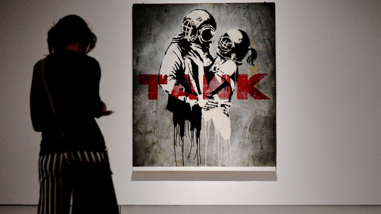 """L'oeuvre """"Think Tank"""" de Banksy, partie de l'exposition """"Guerre, capitalisme et liberté"""" à Rome.  (VINCENZO PINTO / AFP)"""