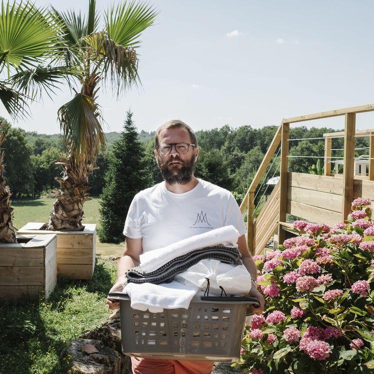 Jérôme Lavrilleux s'occupe de ses gîtes, le 16 juillet 2019, à Abjat-sur-Bandiat (Dordogne). (MAXPPP)
