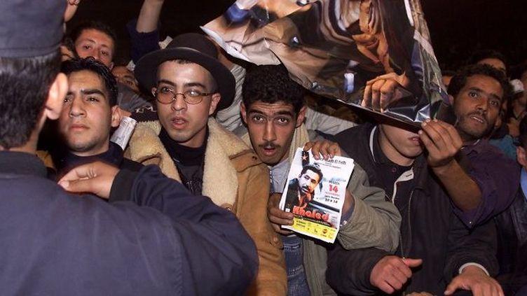 Des fans de Cheb Khaled pour le retour du King en Algérie en 2000 (AFP)