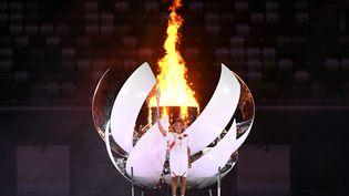 La joueuse de tennis japonaise Naomi Osaka a allumé la vasque olympique pour clore la cérémonie d'ouverture des Jeux olympiques de Tokyo, vendredi 23 juillet 2021. (ANDREJ ISAKOVIC / AFP)