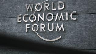 Le logo du Forum économique mondial (image d'illustration). (FABRICE COFFRINI / AFP)