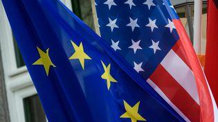 Les drapeaux européen et américain, le 31 mai 2019 à Berlin, lors d'une visite de Mike Pompeo en Allemagne. (GREGOR FISCHER / DPA)