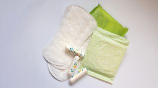 Protection féminines : serviettes, protèges slips, tampons. (STÉPHANIE BERLU / FRANCE-INFO)